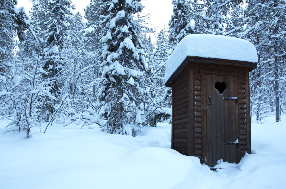 Toilette, Toilettenhäuschen im Schnee