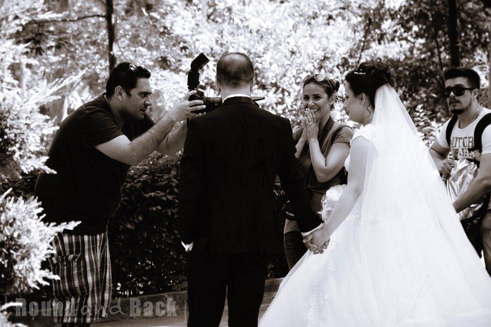Hochzeitspaar beim Foto-Shooting im Stadtpark, Streetfotografie