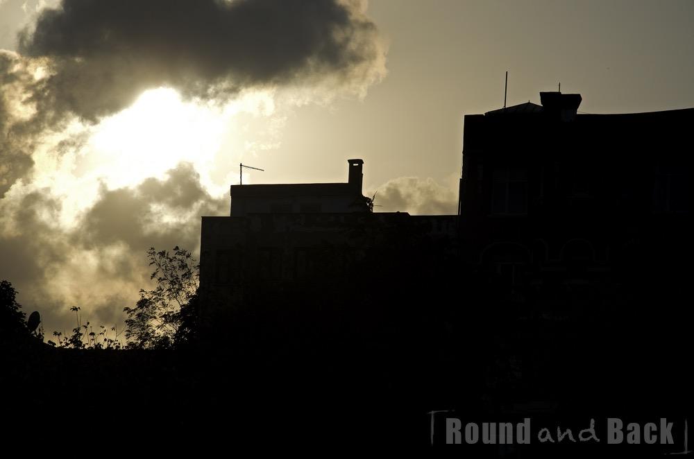 Silhouette eines Gebäudes vor der untergehenden Sonne in Istanbul