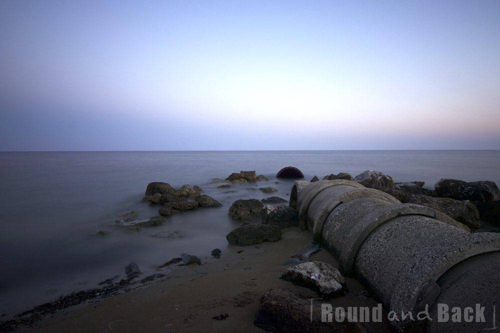 Aufnahme einer Küste in der Türkei mit einem alten Wasserrohr, das ins Meer führt