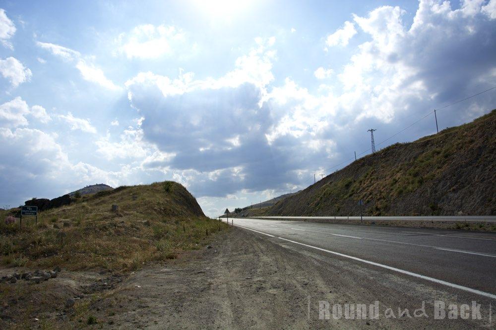 Straße in der Türkei, die durch ein kleines Gebirge führt