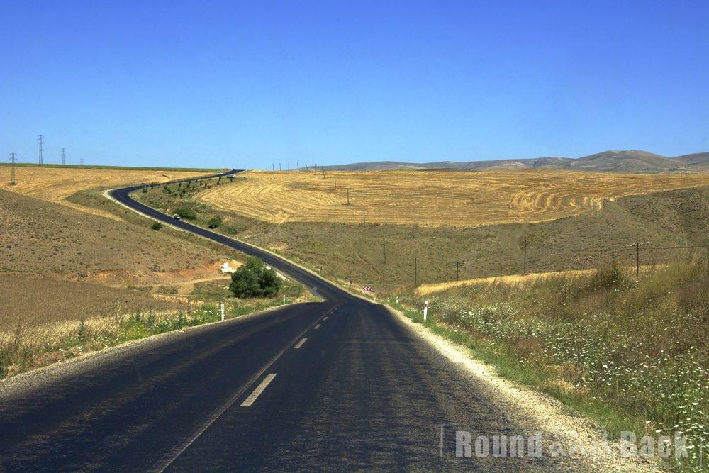 Landstraße in der Türkei die an Feldern vorbeiführt