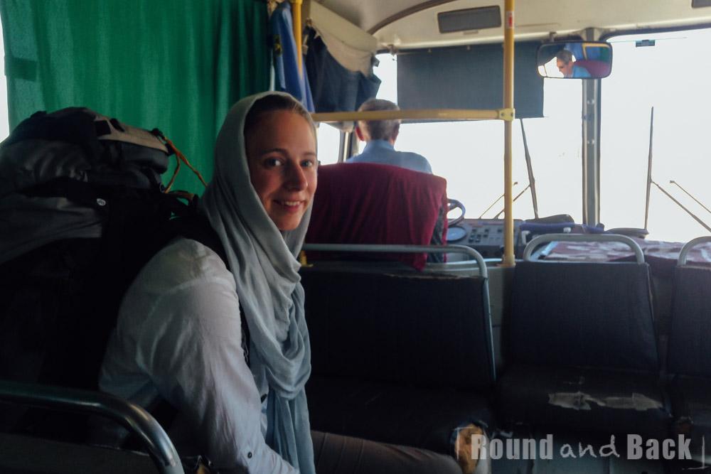 Foto aus dem inneren eines Shuttlebusses im Niemandsland zwischen der iranischen und turkmenischen Grenze