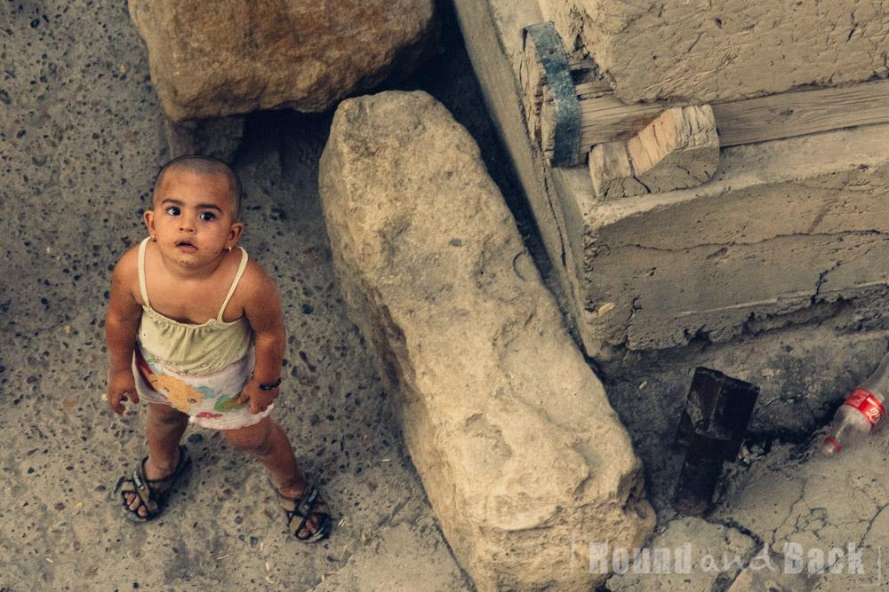 Junges Mädchen (Sinti und Roma) in reichlich abgetragener Kleidung. Samarkand Usbekistan.