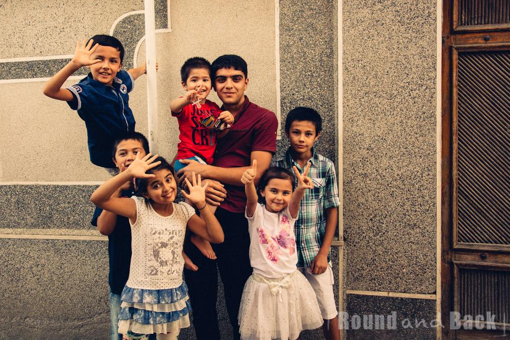 Gruppenfoto von Kindern, die alle in der gleichen Straße wohnen. Samarkand, Usbekistan.