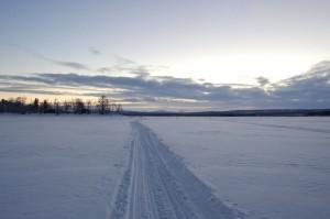 Trail mit dramatsichem Himmel, Sonnenaufgang