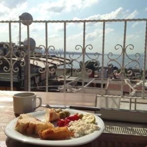Frühstück in unserem Hostel in Istanbul mit Blick auf den Bosporus