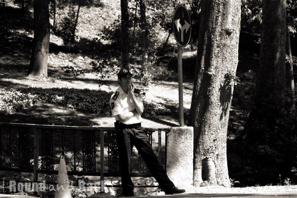 Entspannter Wachmann im Stadtpark, Streetfotografie