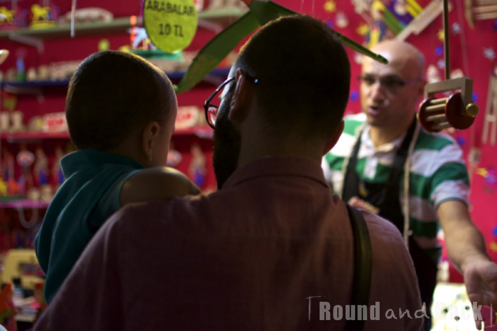 Vater und Sohn vor einem Spielzeugstand in Istanbul, Streetfotografie