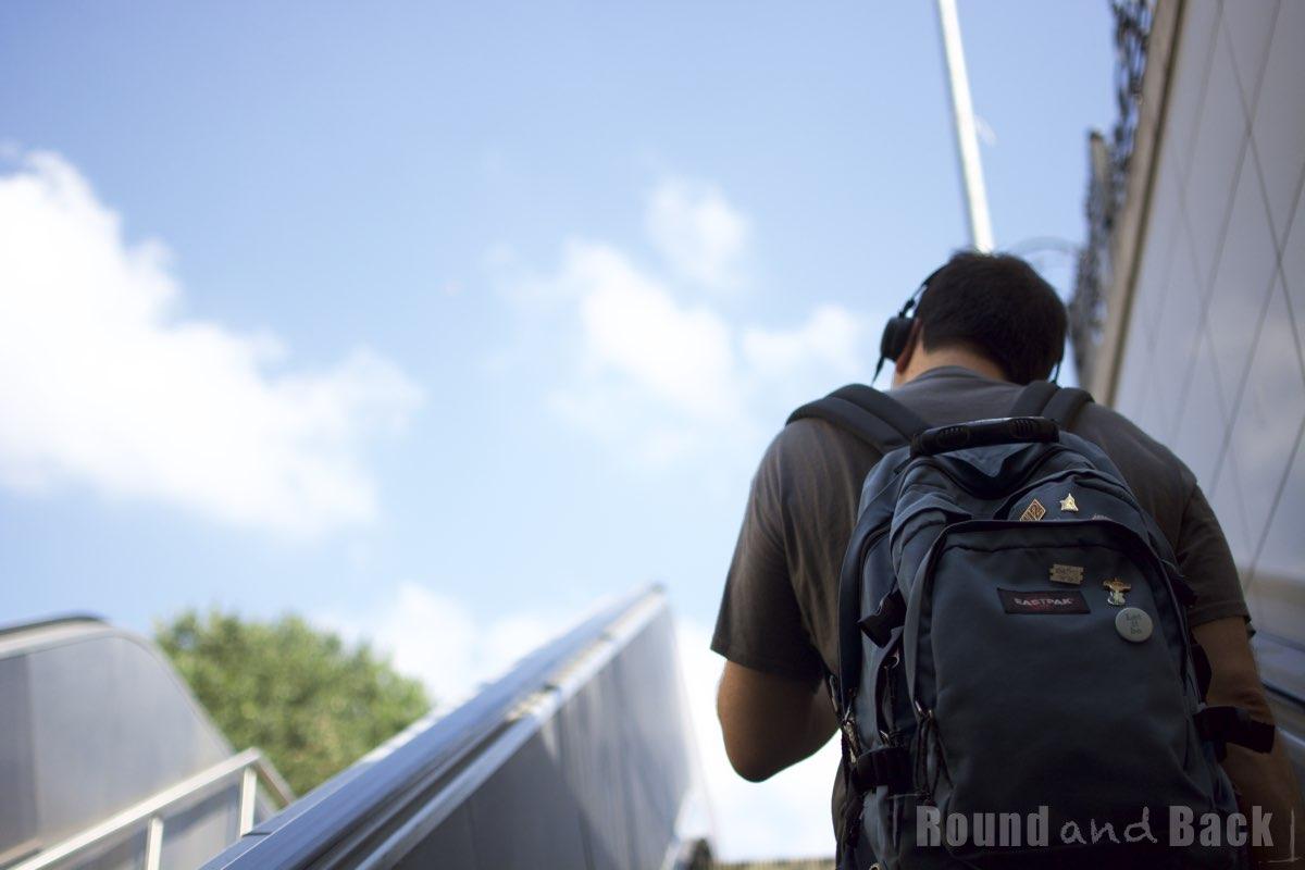 Junger Mann auf der Rolltreppe nach oben, der von der Metro kommt, Streetfotografie