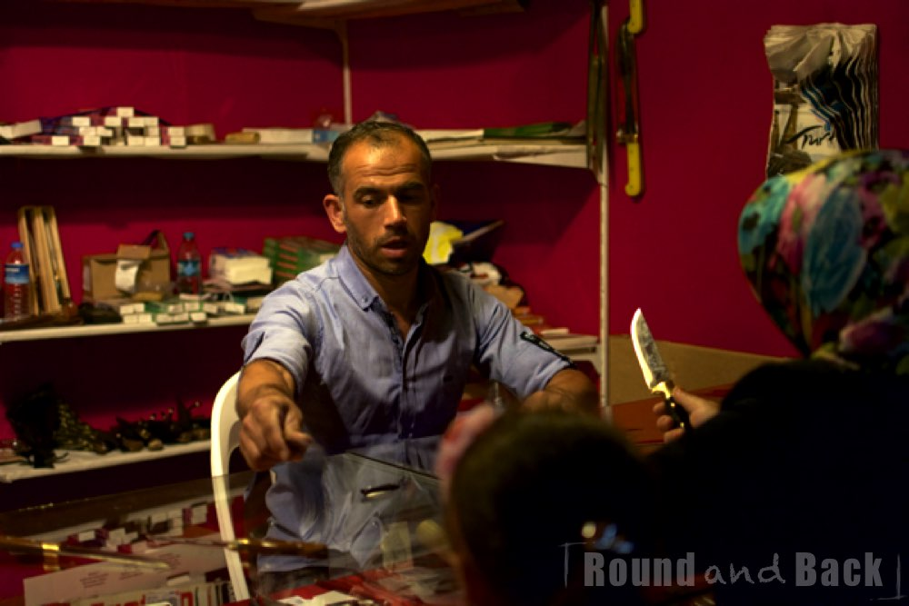 Ein Mann ist anreget mit einer Frau über den Preis von Messern ab verhandeln, Streetfotografie