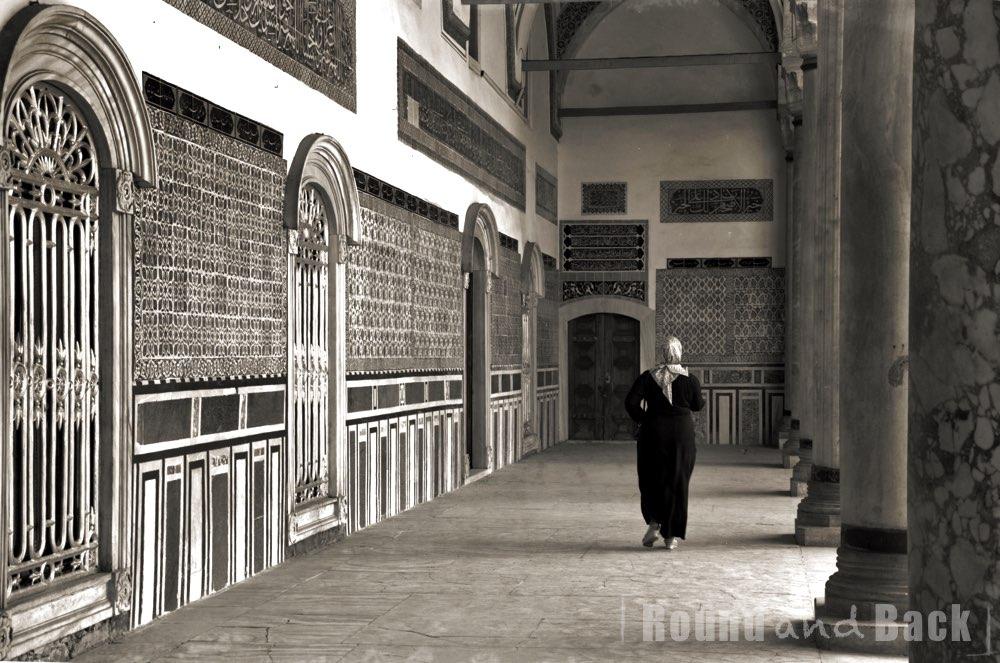 Muslimische Frau auf dem Weg zum Gebet