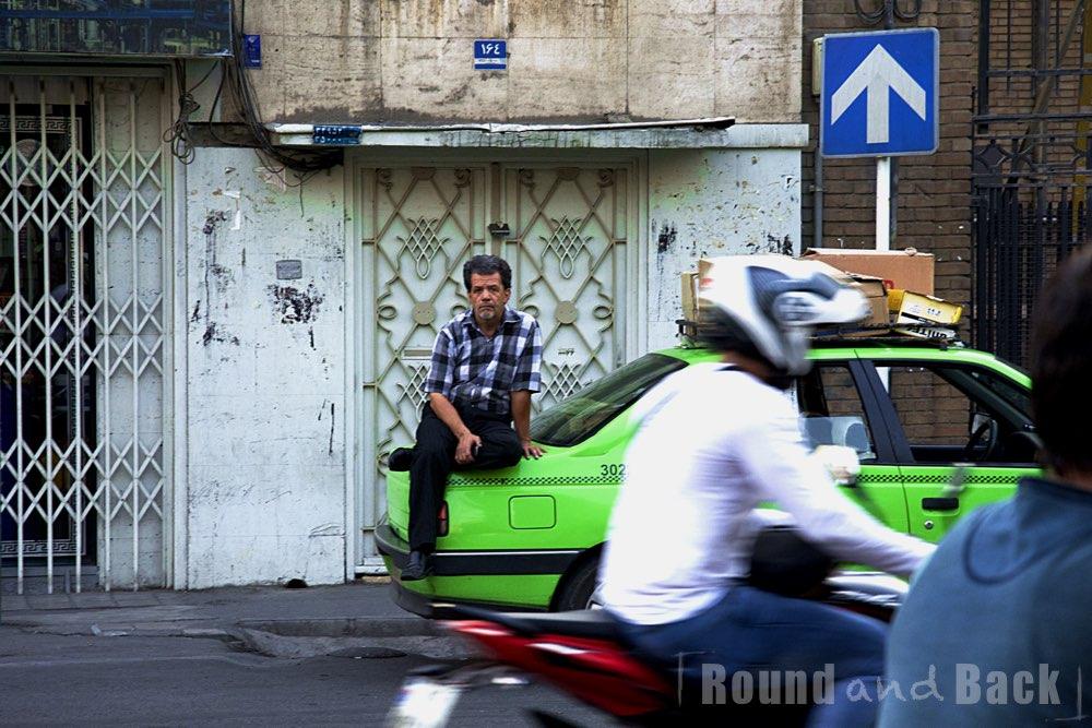 Teheran, Streetfotografie, Taxifahrer wartet auf Kundschaft