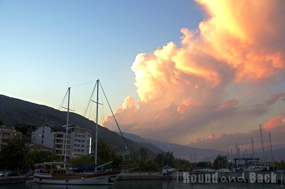 Foto eines türkischen Hafens mit dramatischen Sonnenuntergang und Wolken