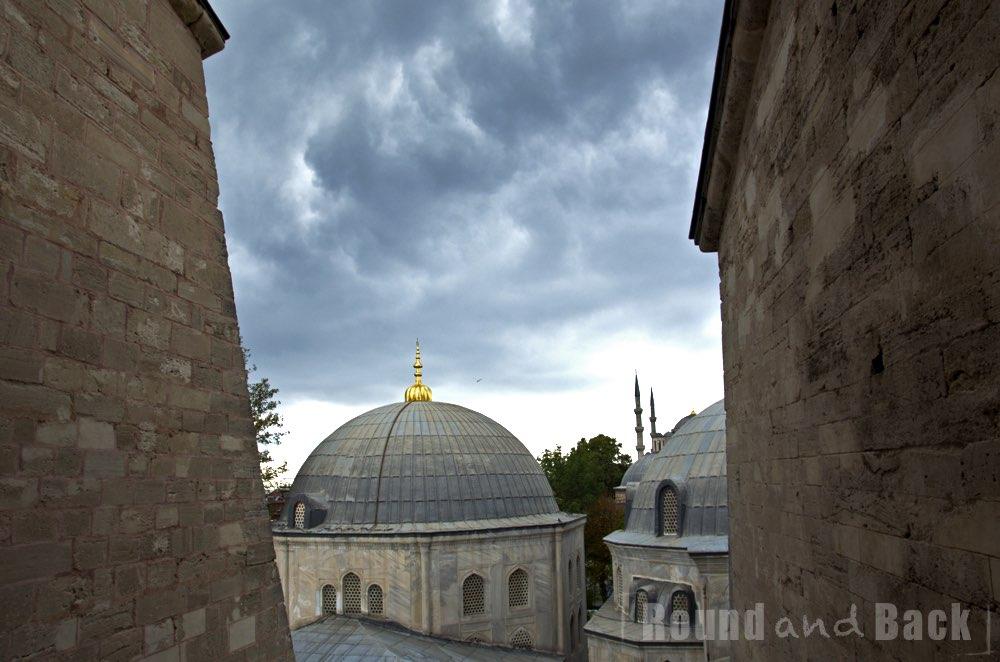Aufnahme aus einem der Fenster der Hagia Sophia hinaus, dramatische Wolken am Himmel