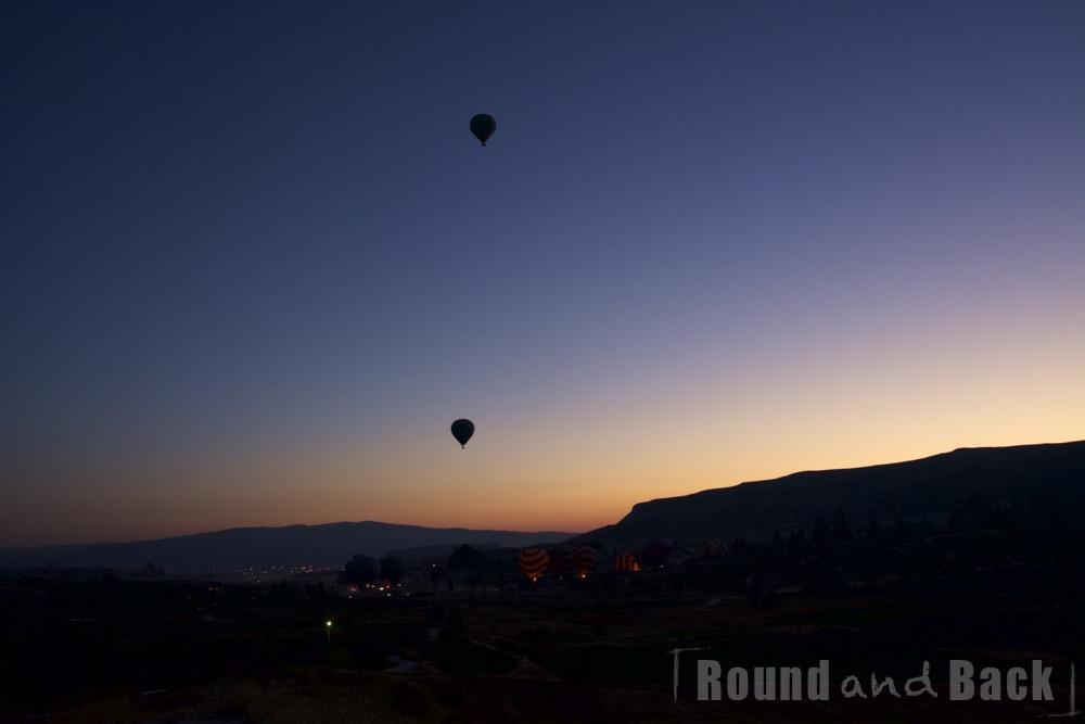 Aufnahme von zwei Heißluftballons über Kappadokien die mit dem Morgengrauen starten