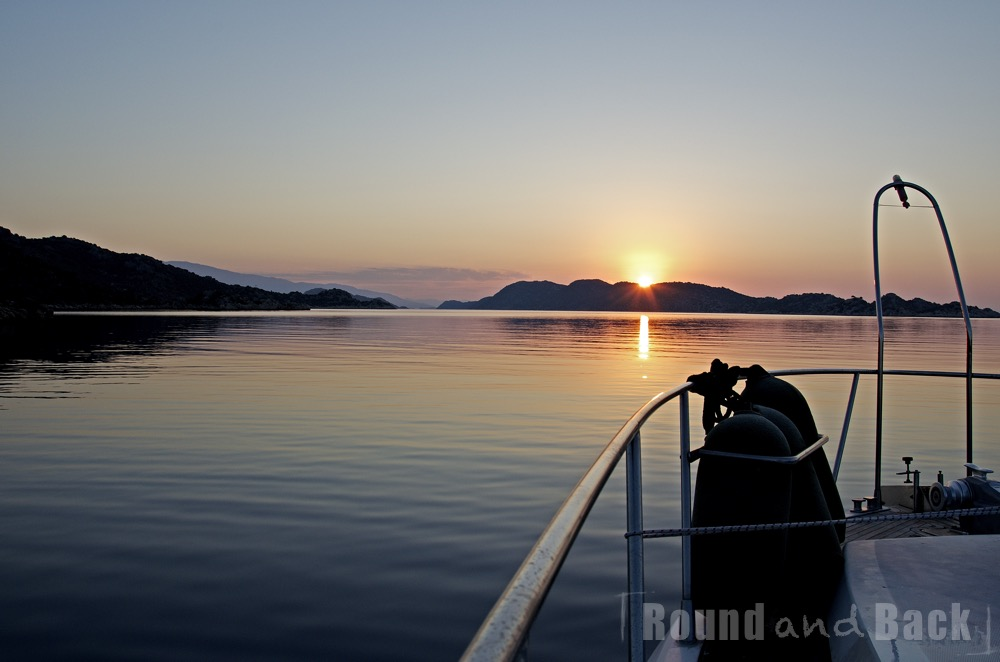 Aufnahme des Sonnenaufgangs über dem ruhige Meer, vom Boot aus