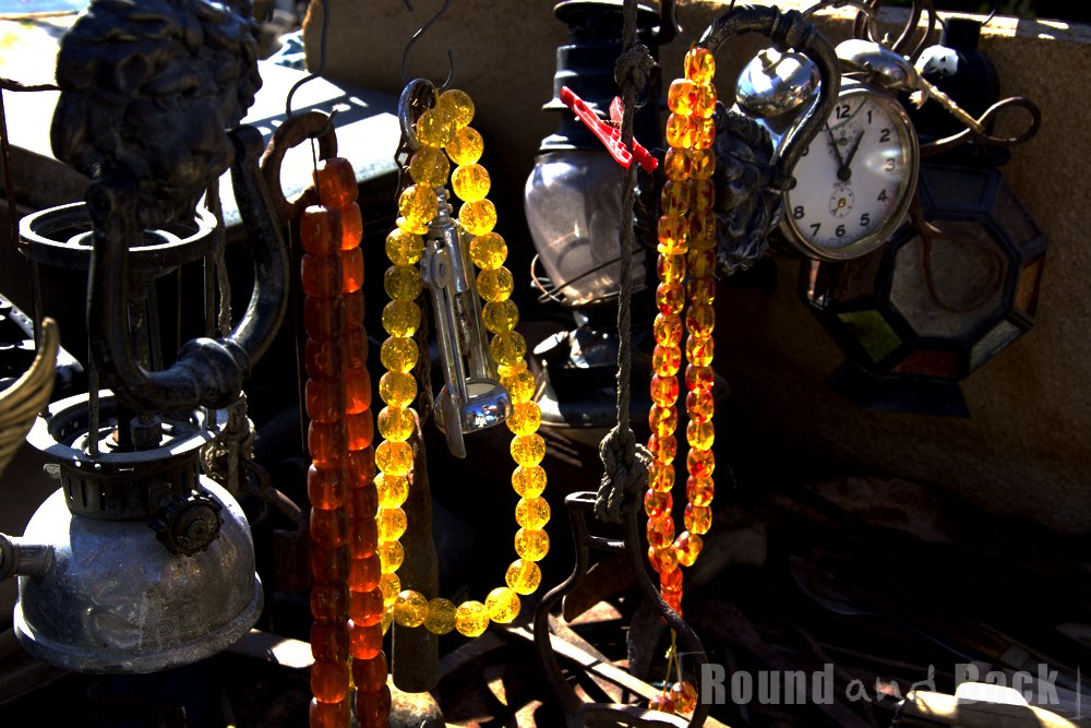 Nahaufnahme verschieden Gegenstände auf einem Straßenstand in der Türkei