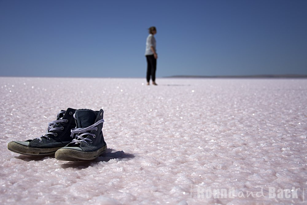 Aufnahme des Tu Gölü in der Türkei mit Schuhen im Vordergrund und Caro im Hintergrund